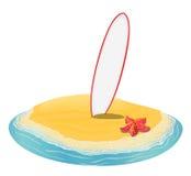 La playa del verano del paisaje del mar, tablas hawaianas se pegó en la arena de a la isla en la distancia en vacaciones Foto de archivo