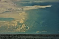 La playa el Golfo de México de ciudad de Panamá se nubla la puesta del sol pintoresca foto de archivo libre de regalías