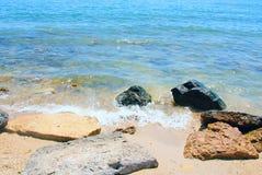 La playa empiedra el mar Imágenes de archivo libres de regalías