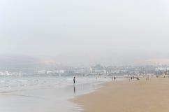 la playa en Agadir en Marruecos fotos de archivo