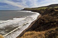 La playa en Boggle el agujero, Robin Hoods Bay hacia Ravenscar Foto de archivo