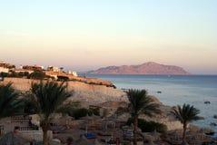 La playa en el fondo de montañas y del mar Egipto fotos de archivo libres de regalías