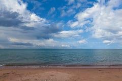 La playa en el lago Issyk-Kul en Kirguistán Fotografía de archivo