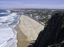 La playa en el Praia grande Sintra Portugal Fotos de archivo
