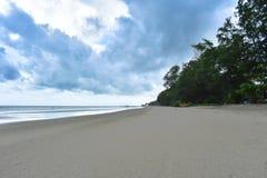 La playa en las ondas de cielo azul brillantes y enrollar de vacaciones y viajar fotos de archivo libres de regalías