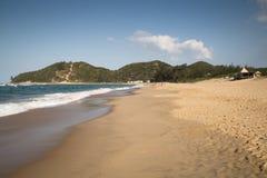 La playa en Punta hace Ouro en Mozambique Imagen de archivo