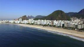 La playa famosa de Copacabana en Rio de Janeiro El Brasil Suramérica almacen de video