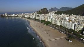 La playa famosa de Copacabana en Rio de Janeiro El Brasil Suramérica almacen de metraje de vídeo