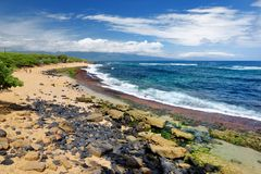La playa famosa de Hookipa, punto que practicaba surf popular llenó de una playa blanca, de áreas de picnic y de pabellones de la Foto de archivo