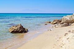 La playa famosa en la península de Halkidiki Imagen de archivo