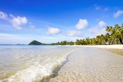 La playa hermosa con el cielo y la onda claros Fotografía de archivo libre de regalías