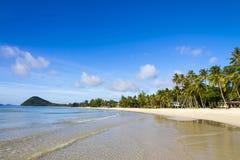 La playa hermosa con luz del sol y el cielo Imagen de archivo