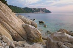 La playa hermosa de Monte Conero, Portonovo Imagen de archivo libre de regalías