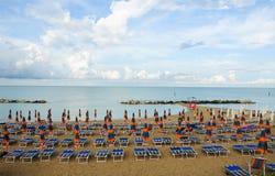 La playa hermosa situada a lo largo de la costa de Conero en el marcha Foto de archivo