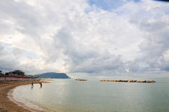 La playa hermosa situada a lo largo de la costa de Conero en el marcha Imágenes de archivo libres de regalías
