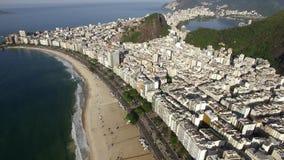 La playa más famosa del mundo Playa de Copacabana Ciudad de Rio de Janeiro brazil almacen de metraje de vídeo