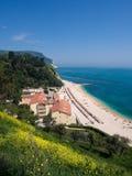 La playa maravillosa de Numana, soporte Conero, Italia Fotografía de archivo