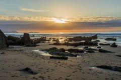 La playa maravillosa y peculiar de Barrika Foto de archivo
