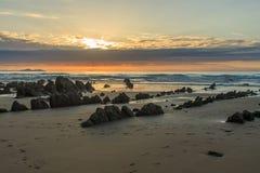 La playa maravillosa y peculiar de Barrika Foto de archivo libre de regalías