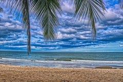 La playa natural de la prohibición Krut en Tailandia foto de archivo