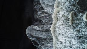 La playa negra de la arena en Islandia Opinión aérea del mar y visión superior A fotos de archivo libres de regalías