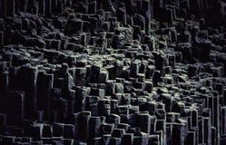 La playa negra de la arena con la formación de roca típica fotografía de archivo