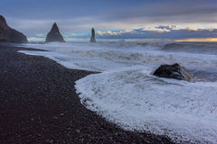 La playa negra de la arena de Reynisfjara Imagen de archivo