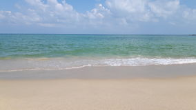 La playa pacífica en Tailandia, el cielo azul, agua azul y limpia la arena blanca Foto de archivo