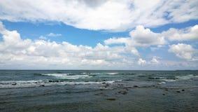 La playa - porciones de ondas y de nubes La isla de Crete fotos de archivo libres de regalías