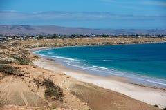 La playa portuaria icónica de Willunga y los acantilados circundantes en un día soleado claro en sur de Australia el 14 de febrer foto de archivo