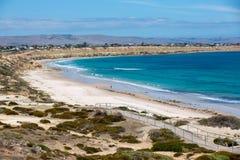 La playa portuaria icónica de Willunga y los acantilados circundantes en un día soleado claro en sur de Australia el 14 de febrer fotografía de archivo