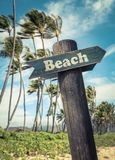 La playa retra firma adentro Hawaii foto de archivo
