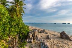 La playa rocosa del mar y las plantas tropicales en Tailandia Imágenes de archivo libres de regalías