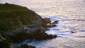 La playa rocosa en Big Sur California - Costa del Pacífico almacen de metraje de vídeo
