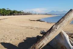 La playa soleada arenosa larga imágenes de archivo libres de regalías