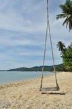 La playa tropical con el viejo oscilación ató al árbol Imagenes de archivo
