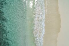 La playa y el mar vacíos blancos tropicales hermosos agita visto desde arriba Opinión aérea de la playa de Seychelles fotografía de archivo libre de regalías