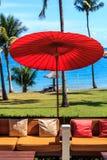 La playa y el paraguas rojo Imágenes de archivo libres de regalías