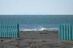 La playa y la cerca Imagen de archivo libre de regalías