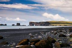 La playa y la roca negras islandesas arquean - Dyrholaey Fotografía de archivo