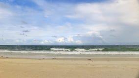 La playa y las ondas están desplazando a la orilla almacen de metraje de vídeo
