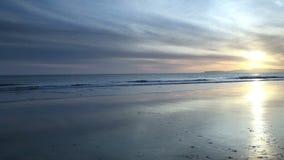 La playa y las ondas mojadas acercan a la puesta del sol California septentrional almacen de metraje de vídeo