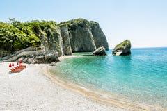 La playa y los acantilados en la isla de San Nicolás en Budva, fotos de archivo libres de regalías