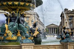 La plaza de la Concordia el día de verano en París, Francia fotos de archivo