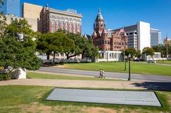 La plaza de Dealy et ses bâtiments environnants à Dallas images libres de droits