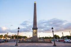 La plaza de la Concordia y obelisco de Luxor en la noche, París, franco Foto de archivo