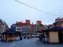 La plaza del mercado en la ciudad vieja de Varsovia adornó para la Navidad Foto de archivo