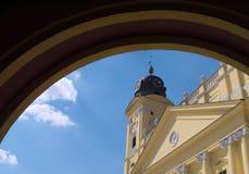 La plaza principal y la iglesia principal de Debrecen Imagen de archivo libre de regalías