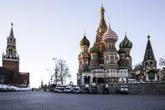 La Plaza Roja en la puesta del sol, la catedral del ` s de la albahaca del St y el Spassky se elevan imagenes de archivo