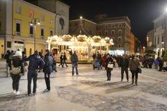 La plaza Tre Martiri en el centro de Rímini en la noche Imágenes de archivo libres de regalías